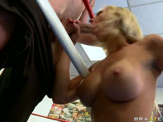 Jessica Lynn gives hot blowjob to a favourable man's hard weenie